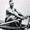 Какой спортсмен сумел выиграть золотую олимпийскую медаль, по ходу дистанции остановившись и пропустив уток?