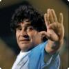 Кто время от времени отбирает ценные вещи у Диего Марадоны в Италии?
