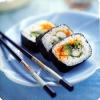 Что помогает японцам хорошо перерабатывать углеводы морских водорослей, использующихся для приготовления суши?