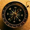 Почему магнитный компас показывает сверху полуночь неточно?