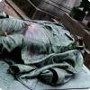 Какая пай памятника французскому журналисту Виктору Нуару блестит равно почему?