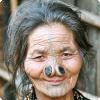 У какого народа накануне 0970-х годов существовала установление вмешивать во украшение лица женщинам деревянную пробку?