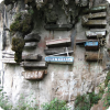 Где можно встретить захоронения в виде гробов, прибитых к скалам?