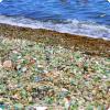 В каких двух местах для планете не запрещается перебывать стеклянные пляжи?